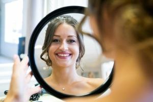 photographe de mariage à marseille, préparatifs, photos de la coiffure mariée