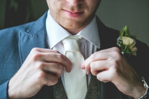 photographe mariage anglais en provence, photo préparatifs, marié