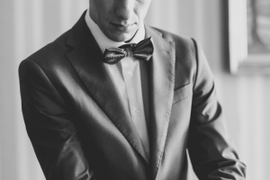 photographe de mariage à marseille, photo préparatif habillage marié