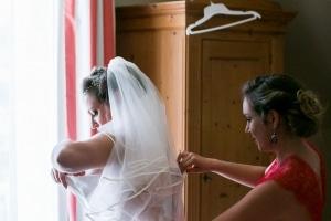 photographe de mariage marseille, photos de préparatifs de l'habillage mariée