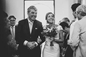 photographe de mariage, arrivée de la mariée à l'église, provence