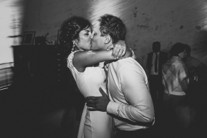 photographe de mariage, baisé des mariés à saint rémy de provence